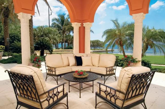Кованая мебель отлично подходит для летней веранды