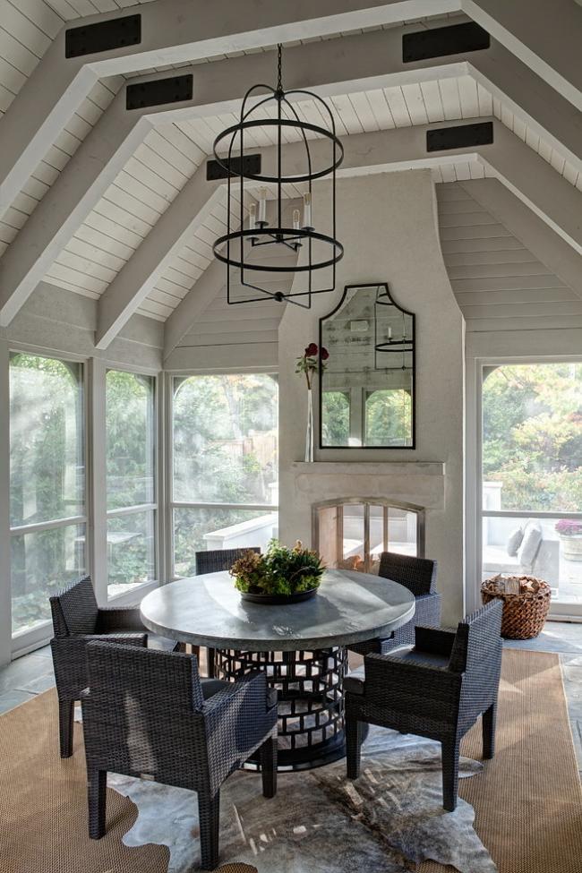 Симпатичный кованый стол из темного металла