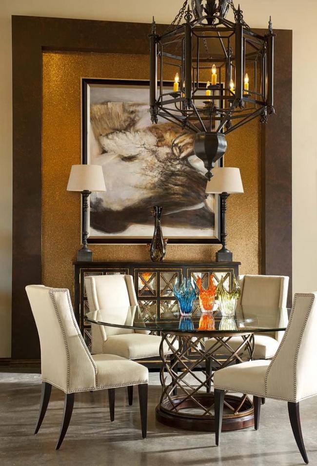 Сквозь стеклянную столешницу видно очаровательные узоры кованой мебели