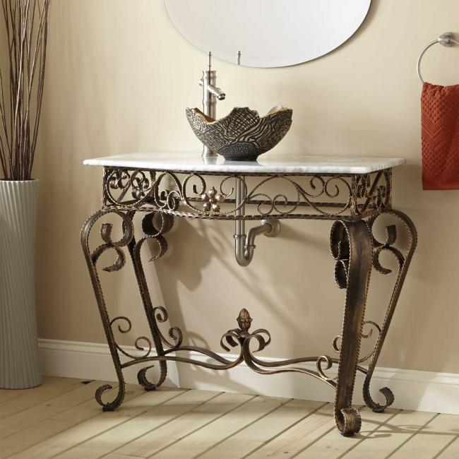 Изысканный столик с мраморным элементом