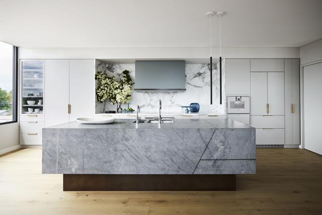 Дизайн кухонь в стиле минимализм приемлет металл, стекло и пластик, но их принято дополнять деревом и натуральным камнем