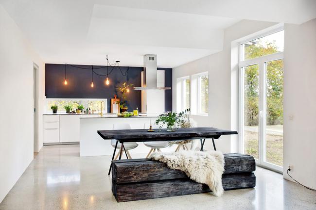 Обеденная зона из грубого массива дерева поможет разбавить зимний образ кухонного пространства