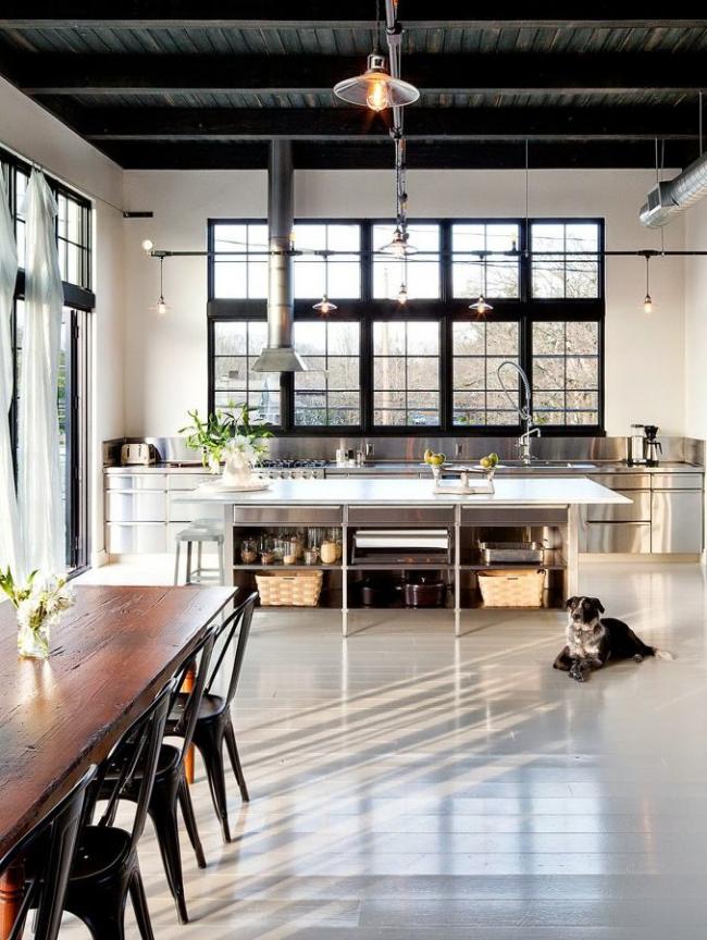 Комбинация белого помещения и кухонного гарнитура цвета металлик – это бесспорно, самый стильный вариант оформления кухонного интерьера