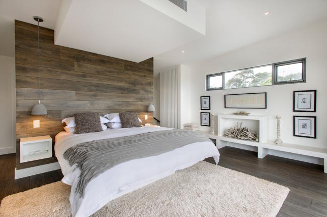 Просторная спальня с интерьером в морском стиле