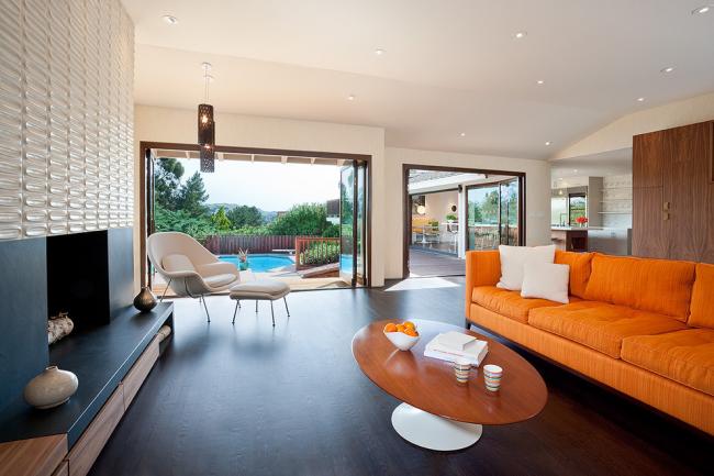 Темно-коричневый ламинат в интерьере современной гостиной