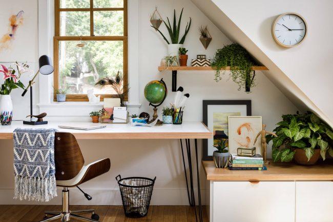 Уютное и функциональное рабочее место с небольшим столом у окна