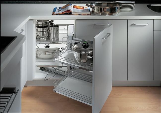 Чтобы уменьшить шум от соприкосновения посуды с сеткой, дно ячеек можно сделать изпластика или дерева