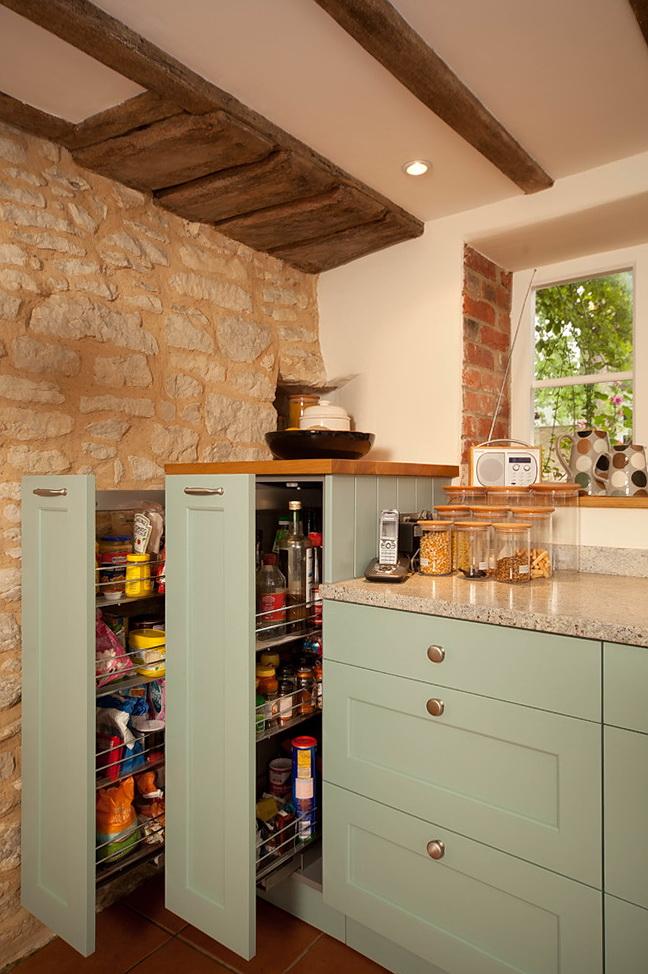 Благодаря выдвижным ящикам, каждая вещь на кухне найдет свое место