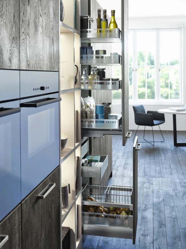 Выкатные ящики, размещены вертикально на всю высоту кухни, обеспечивают максимум удобства при их использовании