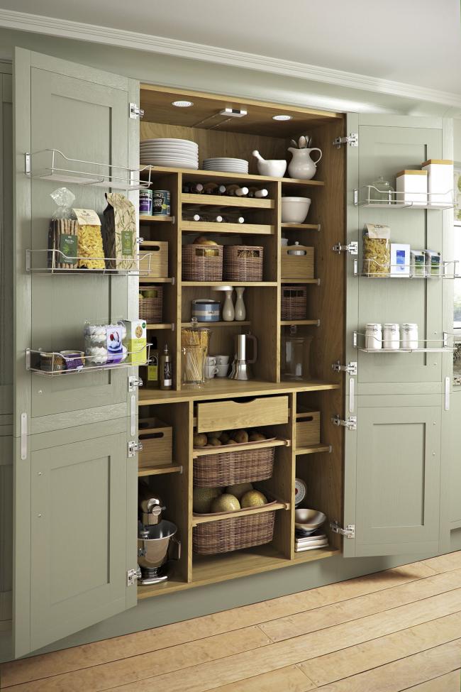 Все что нужно на кухне разместите в шкафу со всевозможными полочками, ящичками, сетками.