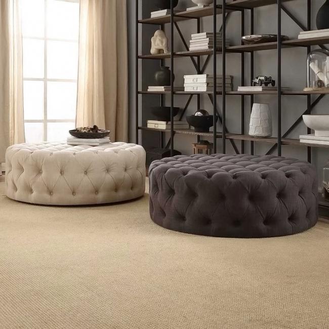 Массивные оттоманки, заменяющие в комнате и столик и стулья