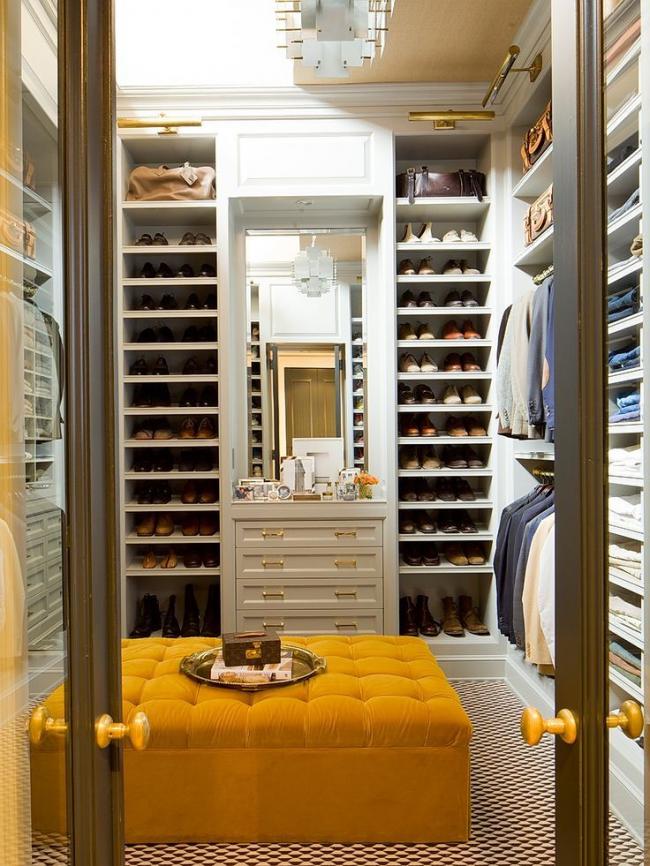 Яркая большая оттоманка в гардеробной комнате будет очень кстати