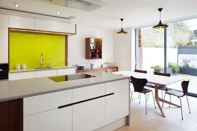 Ярких кухонный фартук на фоне белой мебели