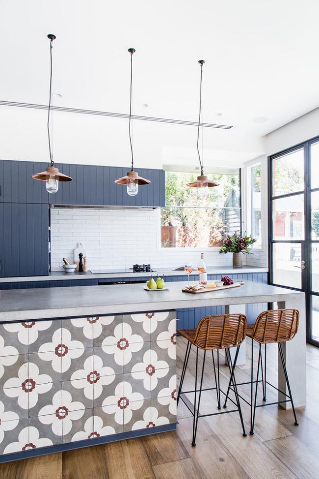 Дизайн просторной кухни в холодных тонах