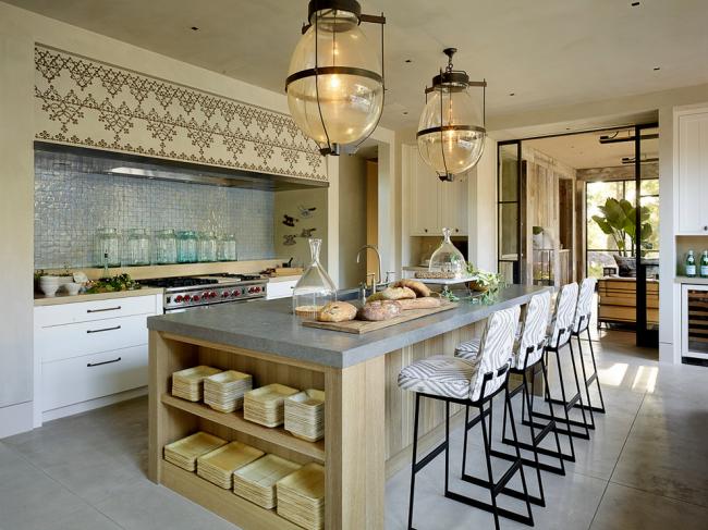 Уютная кухня загородного дома, оформленная в стиле кантри