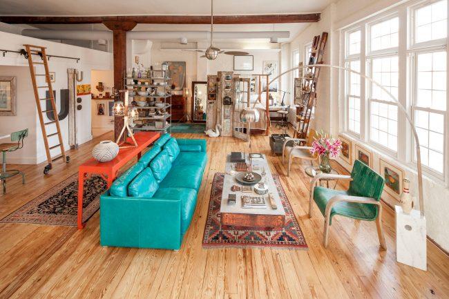 Бирюзовый диван в интерьере гостиной фото
