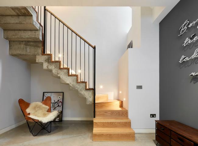 Закрытая лестница из светлых материалов