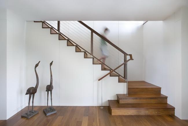 Лаконичный дизайн деревянной лестницы