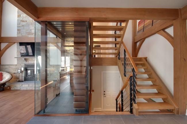 Лестница из дерева смотрится в интерьере богато и солидно