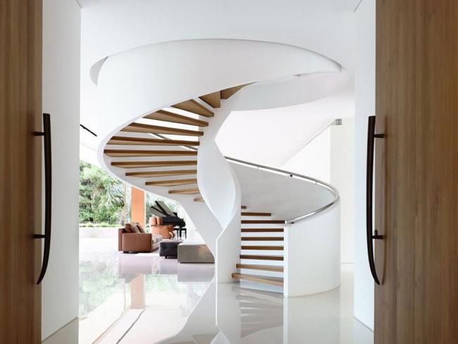 Широкая винтовая лестница