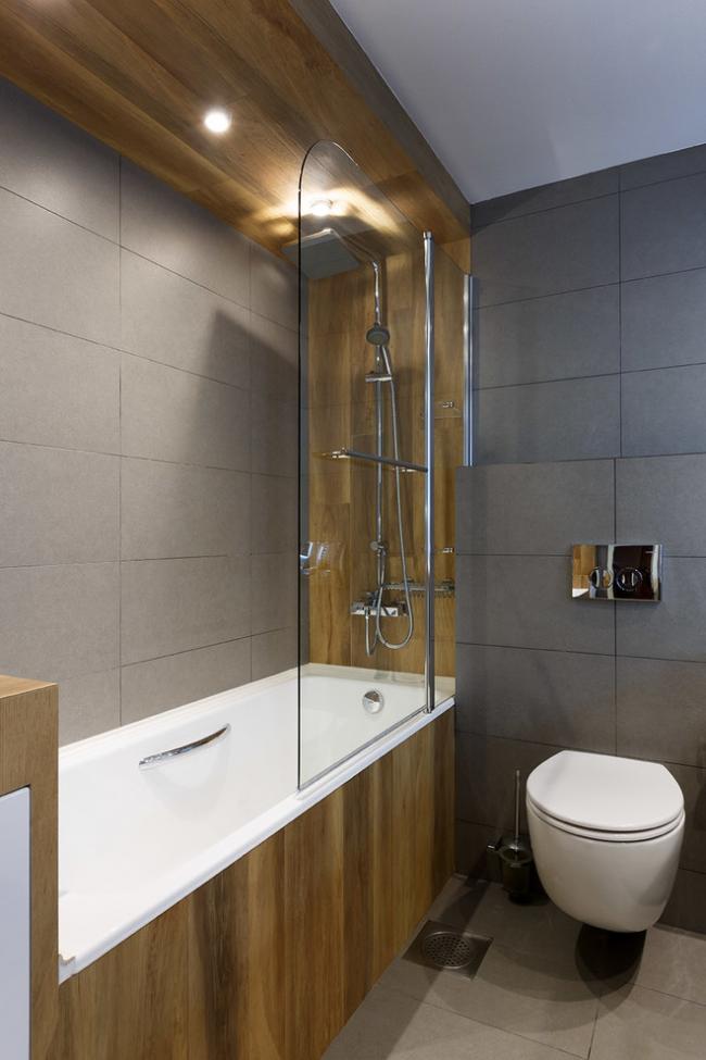 Зонирование гигиенической комнаты небольших размеров с помощью материала отделки