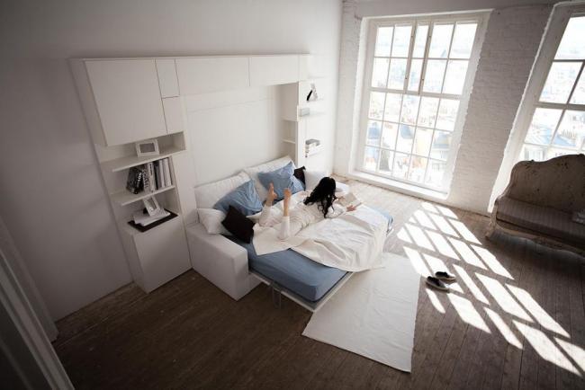 Светлая спальня с раскладным спальным местом