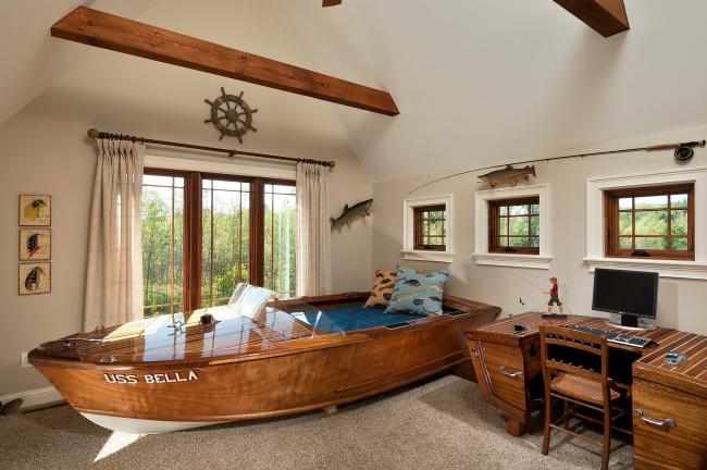 Оригинальная кроватка в виде лодки с невысокими бортами