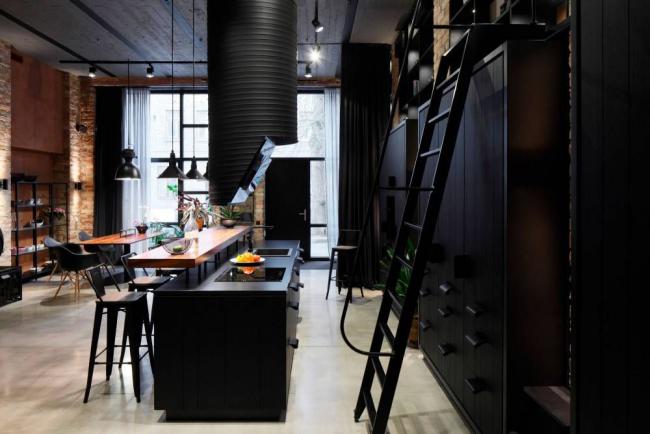 Черный цвет также характерен для кухни в стиле лофт