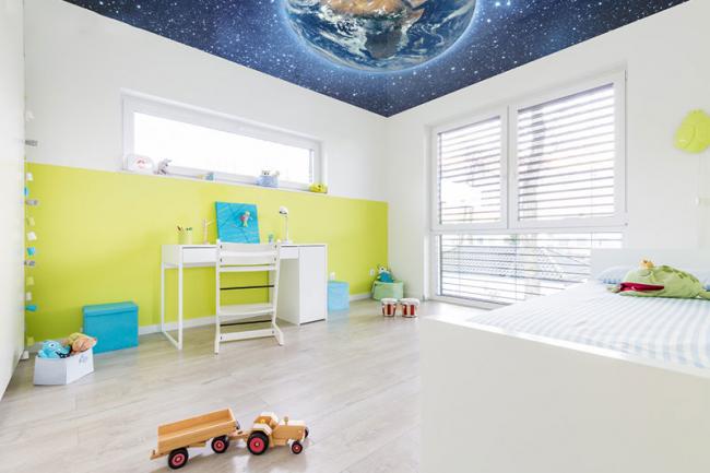 Реалистичный космический потолок в светлой комнате