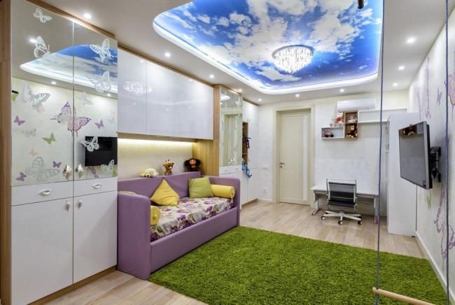Красивая облачная картина на потолке с подсветкой