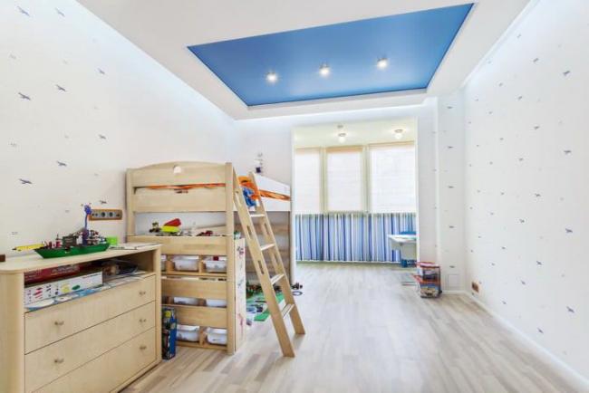 Двухцветный потолок - красивое довершение интерьера детской