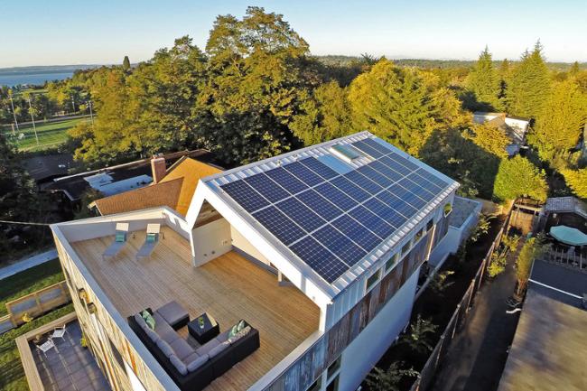 Солнечные коллекторы для нагрева воды, расположенные на крыше дома