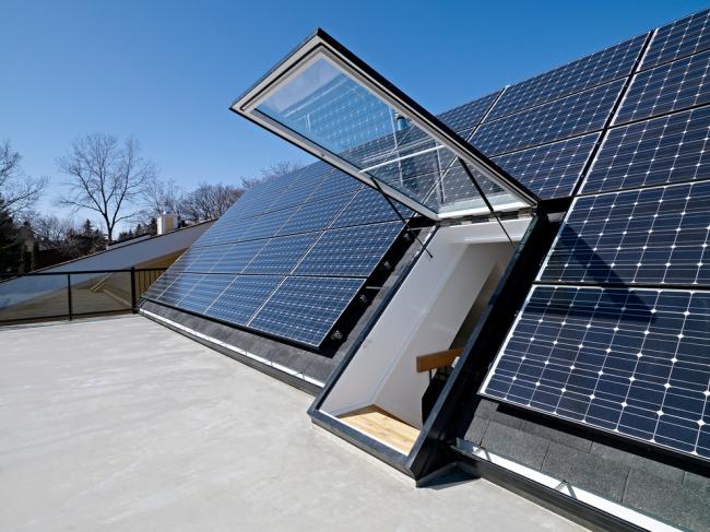Плоский солнечный коллектор на крыше частного дома