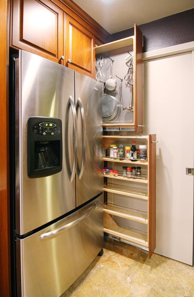 Системы карго включают себя не только бутылочницы, но и удобные модули для хранения кухонной посуды