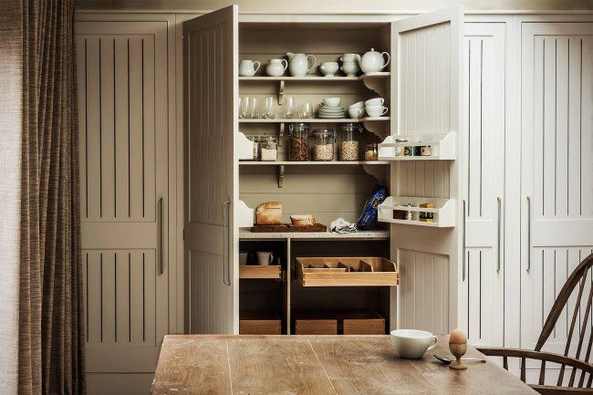 Продуманные системы хранения, шкафы и ниши на кухне помогают сохранять порядок