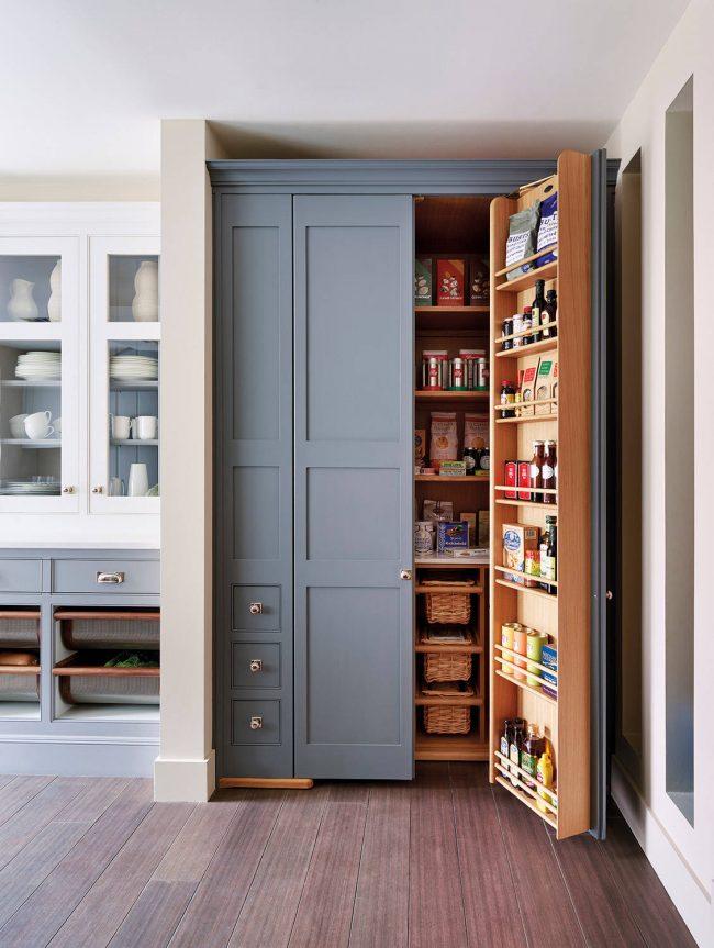 Стильный дизайнерский кухонный шкаф с системой полок и бутылочницей в пыльно-голубом цвете