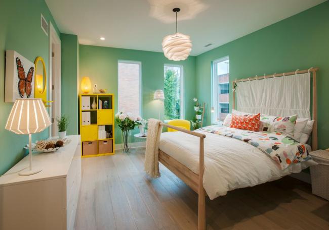 Старайтесь выбрать такую люстру, чтобы лампочки были расположены как можно дальше от потолка
