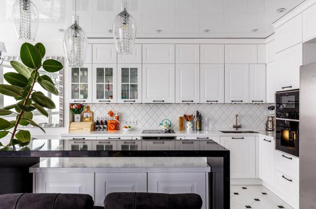 Кухонный потолок украшен небольшими люстрами с плафонами