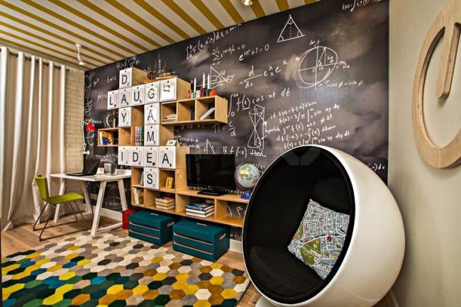 Школьная мебель в интерьере детской комнаты стиля эко