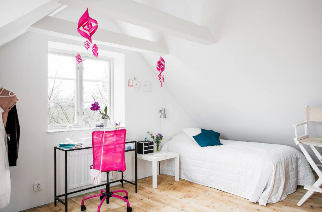 Большое окно наполнит комнату дневным светом, тем самым обеспечив помещение естественным освещением