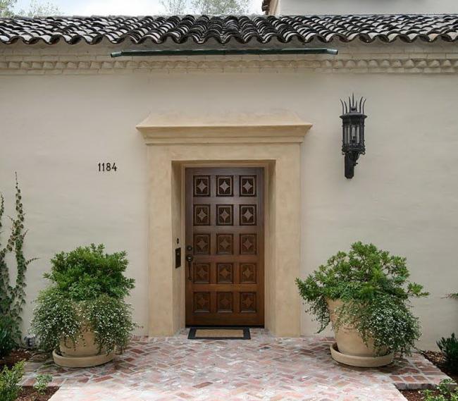 Входная одинарная дверь, декорированная резьбой