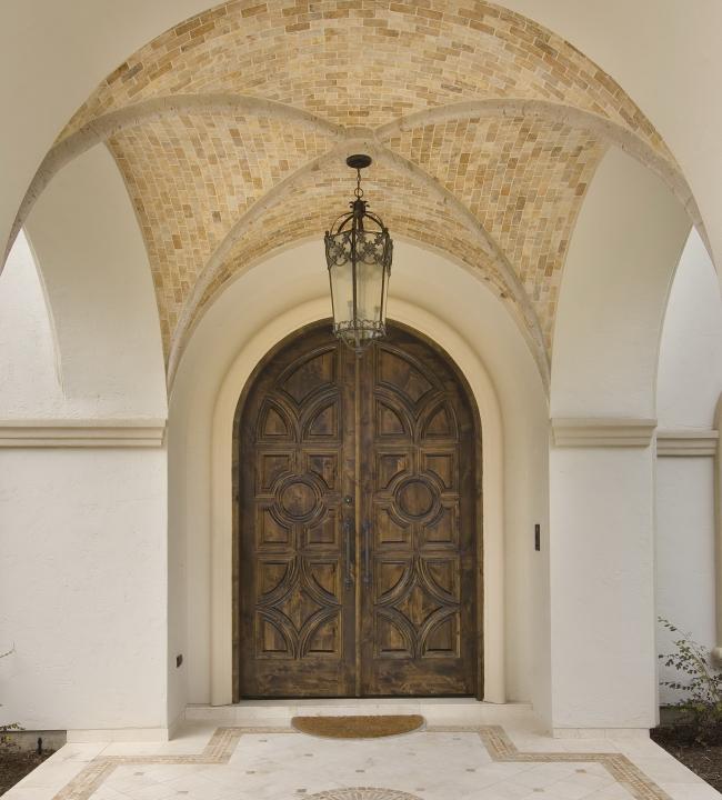 Массивная дверь в средиземноморской стилистике