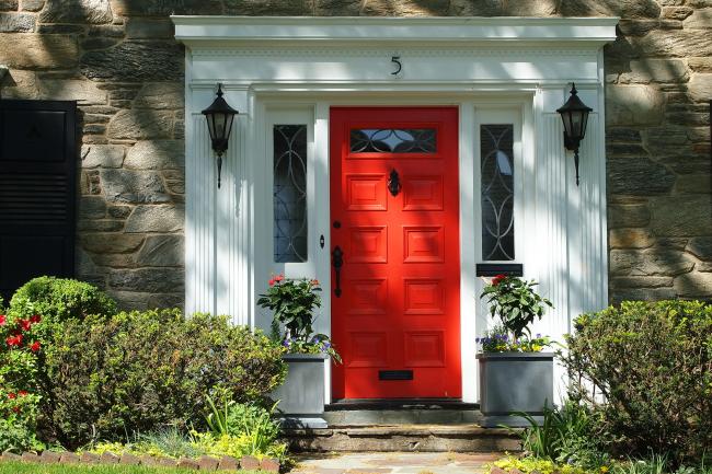 Яркая входная дверь не останется незамеченной