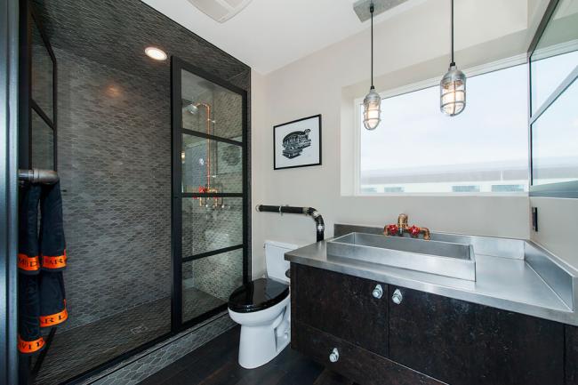 Ванная комната, объединенная с туалетом, с интерьером в стиле лофт