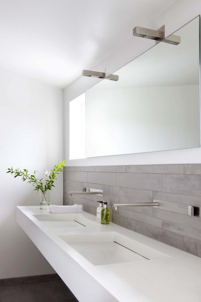 Столешница с двумя раковинами в дизайне ванной комнаты, оформленной в стиле минимализм
