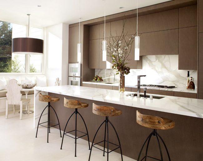 Длинная барная стойка поможет грамотно зонировать кухонное пространство