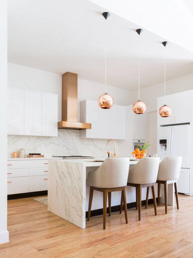 Белые глянцевые фасады - наиболее лаконичное решение для небольшой кухни