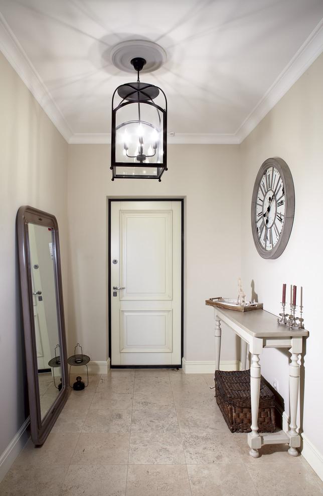 Большое зеркало в коридоре квартиры с массивной деревянной рамой
