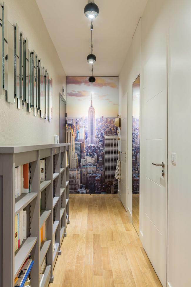 Для коридора с высоким потолком отлично подойдут свисающие небольшие светильники