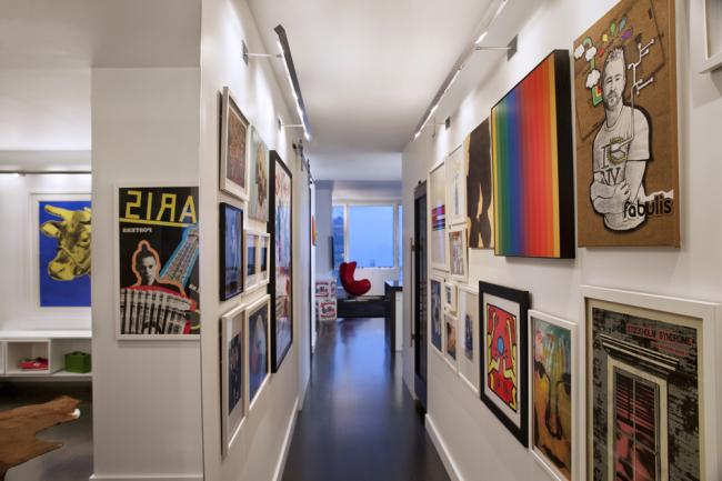 Карниз вдоль всего коридора с закрепленной на него светодиодной лентой –отличное решение для подсветки своеобразной галереи